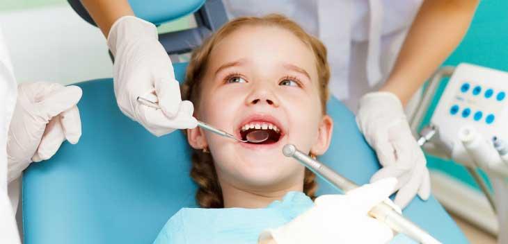 Насколько опасным может быть зубной налет у ребенка и как его лечить