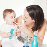 Ребенку чистят зубы